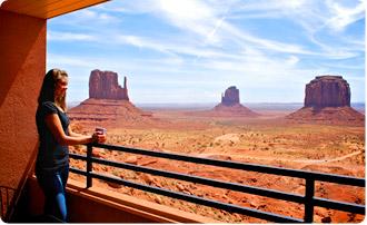 Výhled z balkónu v hotelu v Monument Valley