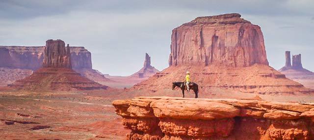 Jezdec na koni v Monument Valley