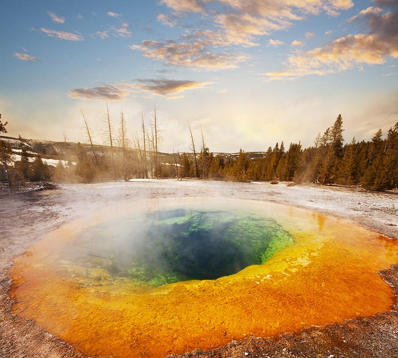 MORNING GLORY POOL v Yellowstone parku