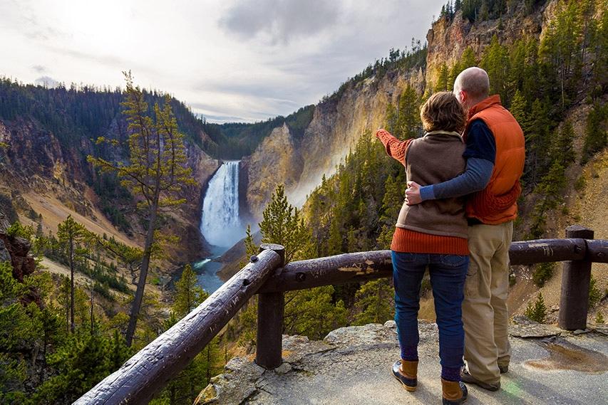 Pohled na Grand Canyon of Yellowstone z mnoha vyhlídek