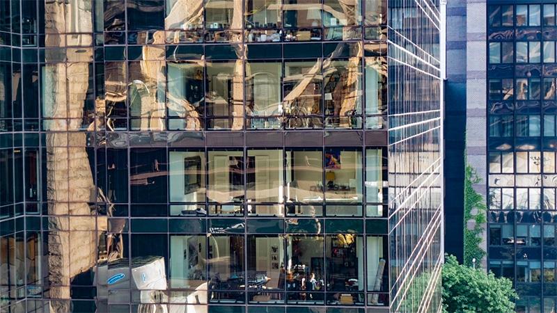 Lanovka míjí okna výškových budov