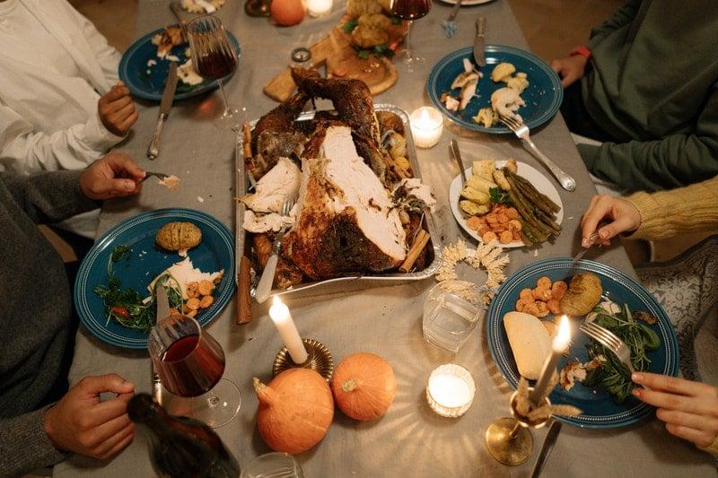 Rodina u společné večeře při dnu díkůvzdání - Thanksgiving Day