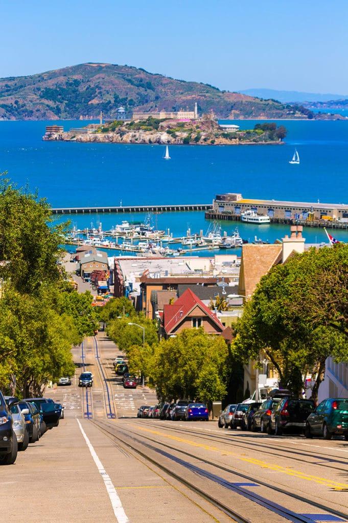 Pohled na Alcatraz z kopců San Francisca
