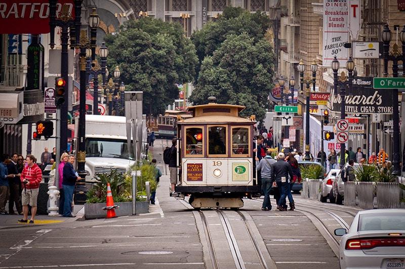 Naskakování do tramvaje v San Franciscu