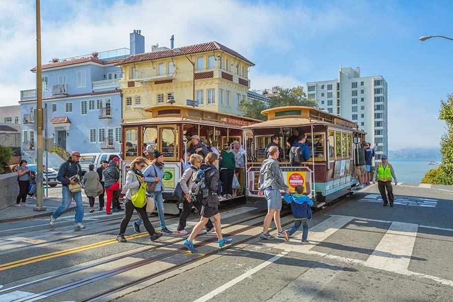 zastávka tramvaje přímo u nejklikatější silnice Lombard Street